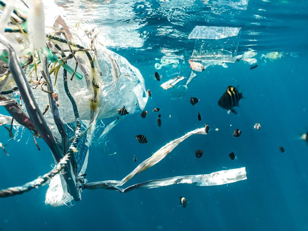isola di plastica nell'oceano